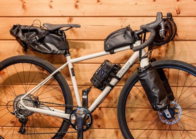 542ca4fdc1 Bicicletta Specialized Sequoia Elite attrezzata con borse Specialized Burra  Burra. Il bikepacking ...